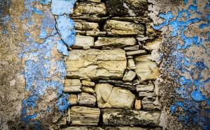 muro-scrostato-pietre